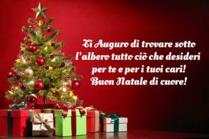 Auguri di Natale immagini con regali sotto l'albero